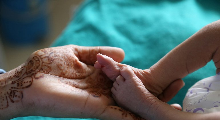 Una enfermera inspecciona a un bebé en la unidad de cuidados neonatales del Hospital Bilaspur del estado de Chhattisgarh, India,
