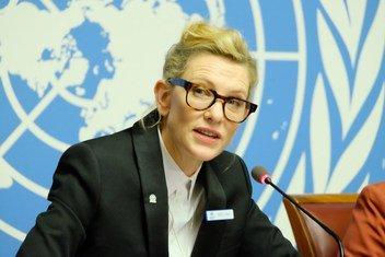 La embajadora de Buena Voluntad de la Agencia de las Naciones Unidas para los Refugiados (ACNUR),Cate Blanchett,  se dirige a los medios de comunicación en la sede de las Naciones Unidas en Ginebra