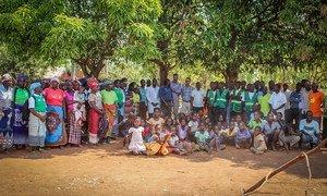 Foto de grupo com a comunidade de Calaveti na área de saúde do Centro de Saúde de Téngua, distrito de Milange, provincia de Zambezia