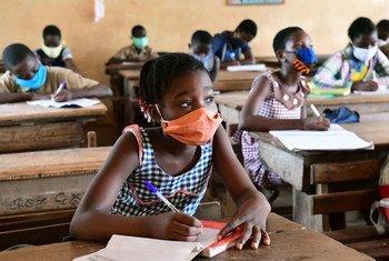 أطفال يعودون لمقاعد الدراسة في كوت ديفوار.