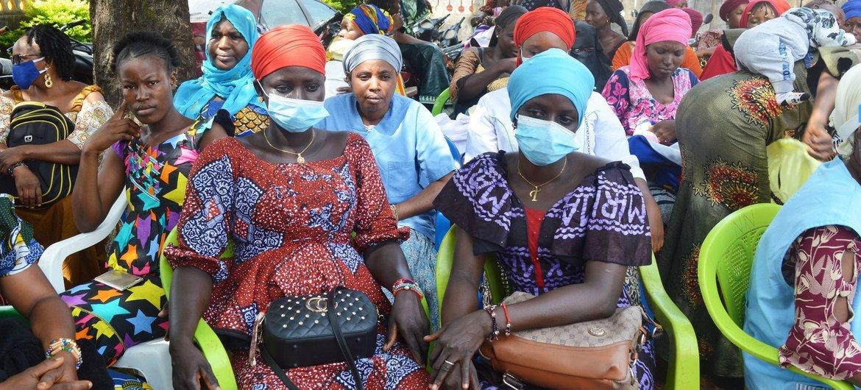 Des femmes attendent au Centre de santé de Salamani à Kankan, en Guinée.