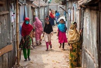 在新冠大流行期间,生活在孟加拉国达卡城市贫民窟的家庭得到了紧急支持。