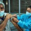 Las personas mayores reciben la segunda dosis de la vacuna contra el COVID-19 en Katmandú, en Nepal.