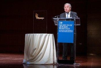 联合国秘书长安东尼奥·古特雷斯在纽约犹太遗产博物馆举行的水晶之夜81周年纪念会上发表主旨演讲。