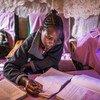 Esta niña estudia en su casa en Nairobi debido al cierre de su escuela.