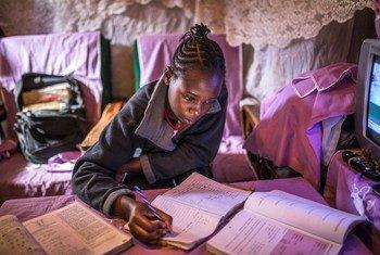 Une jeune fille kényane étudie chez elle à Nairobi pendant la pandémie de Covid-19.