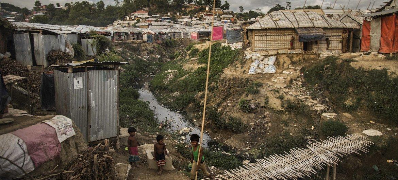 बांग्लादेश के कॉक्सेज़ बाज़ार में शरणार्थी शिविर में रोहिंज्या शरणार्थियों के आश्रय स्थल. (फ़ाइल फ़ोटो)