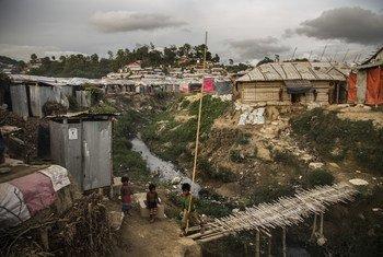 बांग्लादेश के कॉक्सेस बाज़ार में शरणार्थी शिविर में रोहिंज्या शरणार्थियों के आश्रय स्थल. (फ़ाइल फ़ोटो)