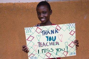 طفل في 12 من عمره من أوغندة يعبر عن اشتياقه لمعلميه خلال الإغلاق بسبب جائحة كوفيد-19.