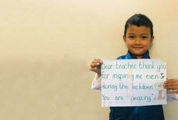 Ugyen Jigme Yoedzer , un niño de seis años de Bután, da las gracias a su profesor por la ayuda durante la pandemia de COVID-19