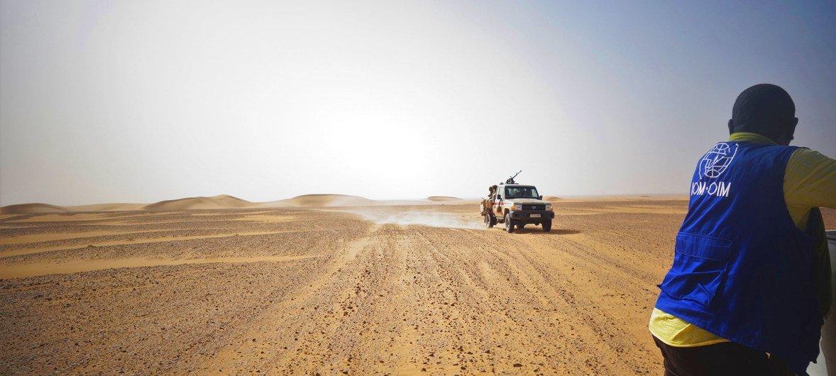 Trabalhador humanitário em missão de busca e resgate no deserto do Níger
