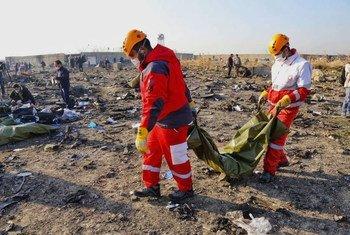 Le Croissant Rouge iranien et d'autres secouristes sur le site du crash d'un avion ukrainien à Téhéran, en Iran.