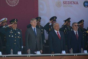 El jefe de Operaciones de Paz de la ONU, Jean Pierre Lacroix, junto al presidente de México, Andres Manuel López Obrador, atienden la inauguración del CECOPAM.