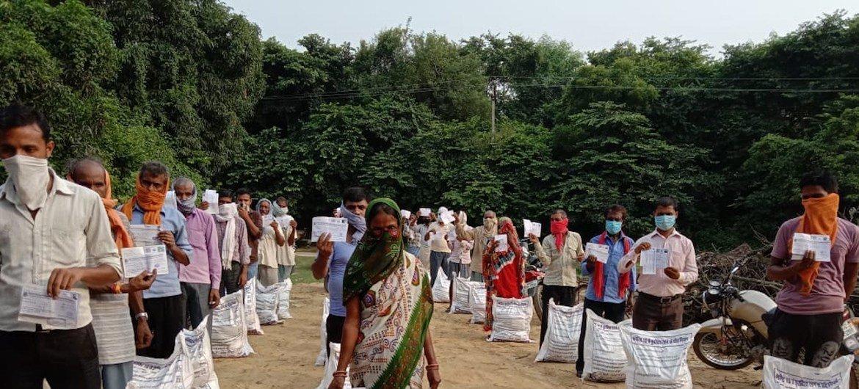 Migrantes na Índia recebendo apoio humanitário