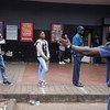 La police ordonne aux clients qui font la queue devant un magasin de garder une distance de sécurité entre eux à Hillbrow, Johannesburg, Afrique du Sud, le 30 mars 2020.