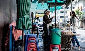 新冠疫情之下,泰国曼谷街头的小吃摊。