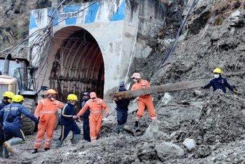 2月7日,印度北阿坎德邦的喜马拉雅冰川部分破裂,向下游释放出大量的水、岩石和碎屑,图为救援工作在进行之中。