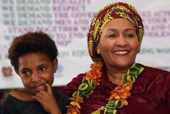 संयुक्त राष्ट्र की उप महासचिव आमिना जे मोहम्मद पपुआ न्यू गिनी के पोर्ट मोरेस्बी में स्पॉटलाइट इनीशिएटिव का आरंभ होने के अवसर पर. (मार्च 2020)