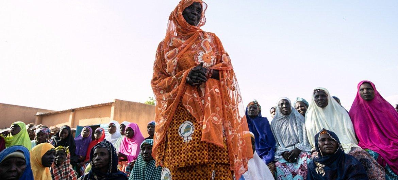 Mulheres fazendo campanha contra casamento precoce em vila no centro-sul do Níger