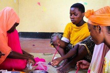 Watoto wa kike nchini Tanzania wanapatiwa stadi za kujikwamua kiuchumi kupitia miradi ya shirika la kiraia la Restless Development