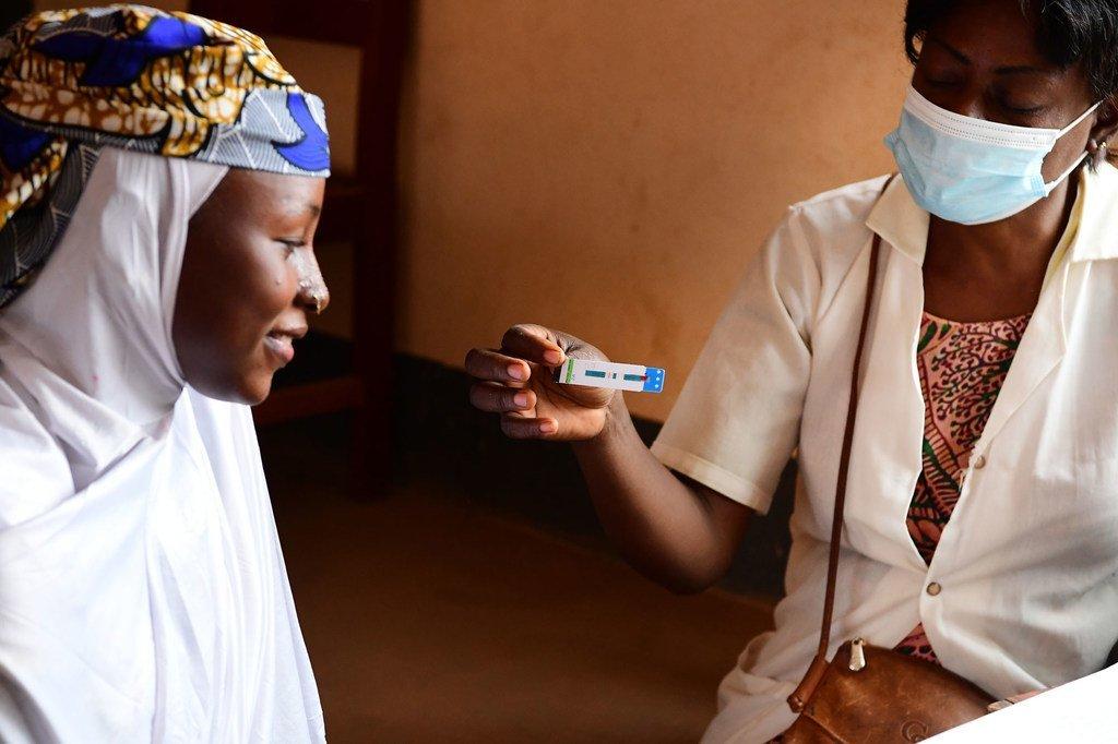فتاة تبلغ من العمر 15 عاما تجري اختبار فيروس نقص المناعة البشرية في بيرتوا بشرق الكاميرون.