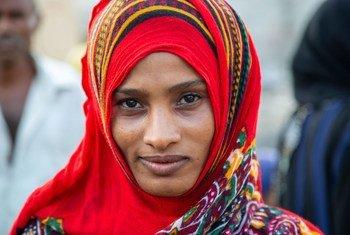 Une femme déplacée vivant dans le camp d'Al Rabat près d'Aden, au Yémen. Le Yémen, l'un des pays où le Programme alimentaire mondial (PAM) s'efforce d'autonomiser les femmes.: