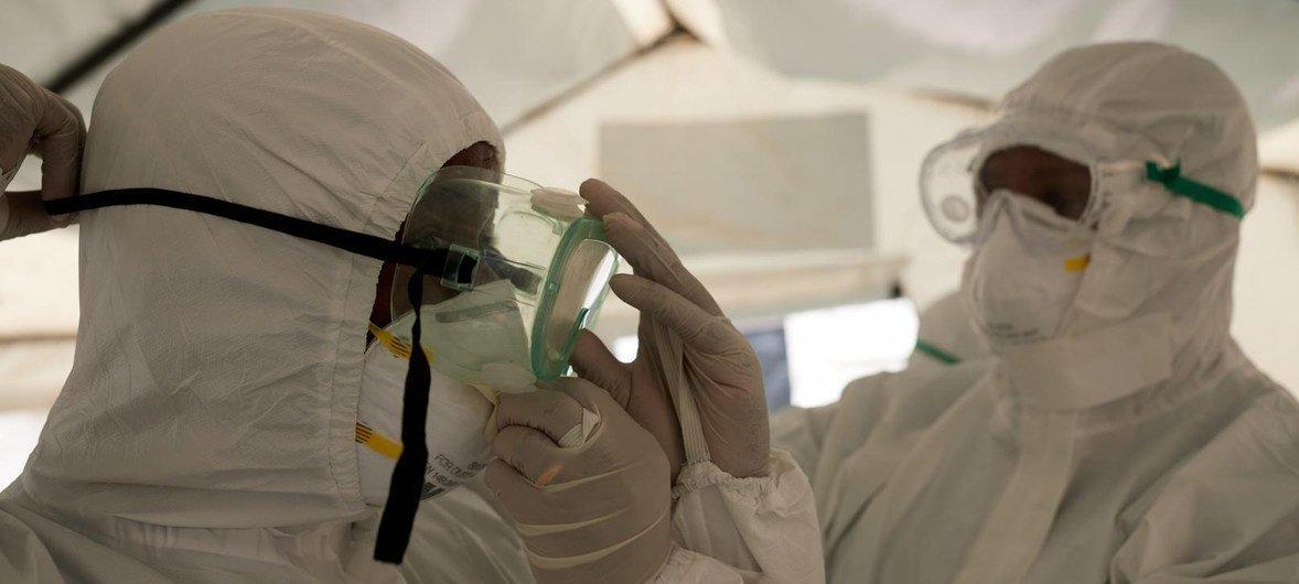 WHO Africa Personal médico con equipos de protección contra el coronavirus