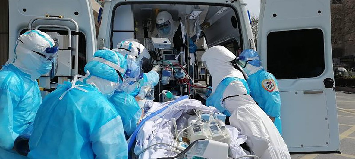 医生在武汉争分夺面抢救病人