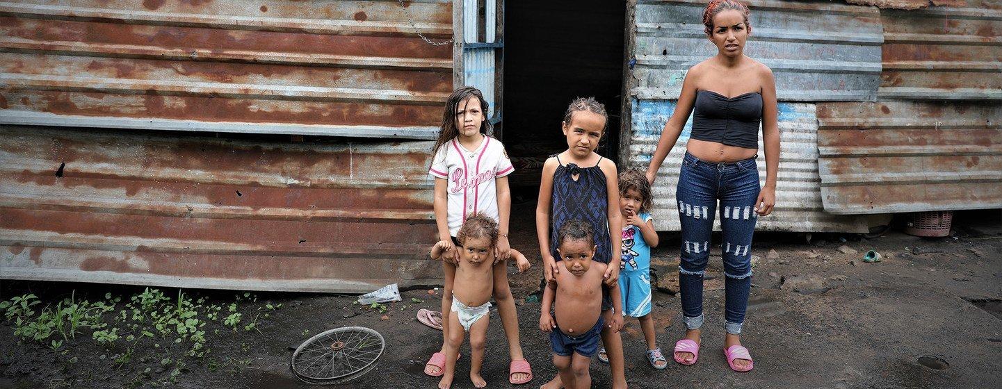 委内瑞拉圣菲利克斯贫民窟内的一位母亲和她的五个孩子。