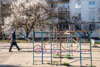 乌克兰基辅,疫情期间空荡荡的儿童游乐场。