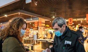 乌克兰基辅,顾客进入超市必须佩戴口罩并测量体温。