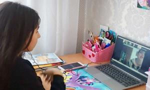 После закрытия школ дети учатся дома по интернету