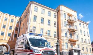 «Скорая помощь» у больницы в Киеве, где проходят лечение пациенты с коронавирусом