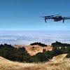 Drone voa sob o o Monte Tamalpais, nos Estados Unidos