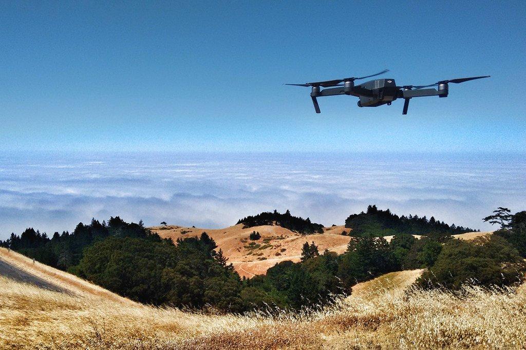 Unsplash/Ian Usher Un drone survole le mont Tamalpais aux États-Unis