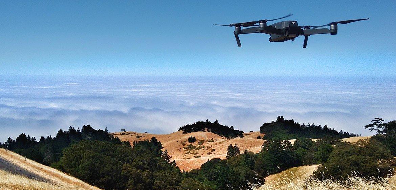 Un dron vuela sobre el Monte Tamalpais en Estados Unidos.
