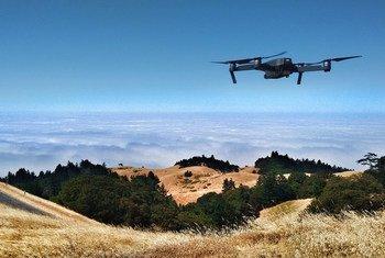 一架无人机飞越美国的坦帕山