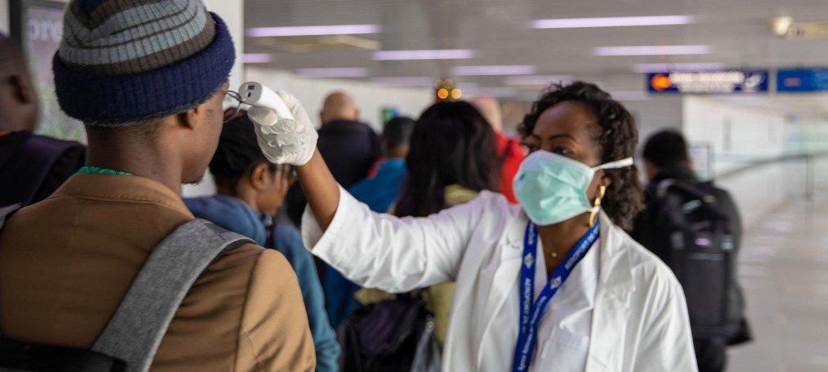 刚果共和国布拉柴维尔玛雅玛雅国际机场的旅客安检。