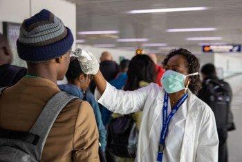 فحص أحد المسافرين في مطار مايا مايا في جمهورية الكونغو برازافيل