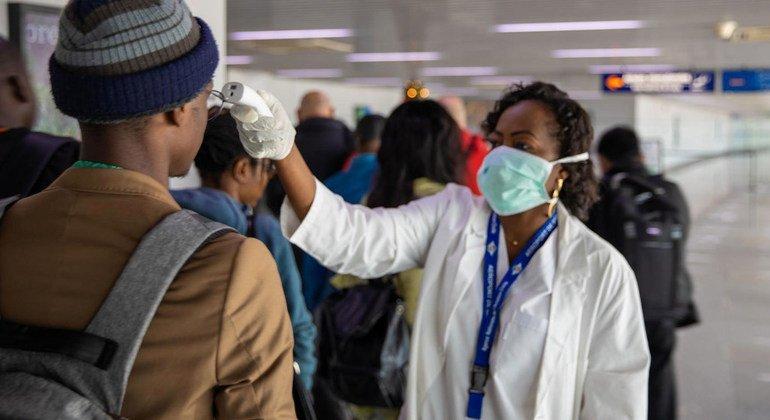 Pasajeros son revisados en el aeropuerto de Brazzaville, en la RD Congo.