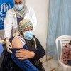 لاجئة سورية تحصل على لقاح ضد كوفيد-19 عبر مرفق كوفاكس في مخيم الزعتري بالأردن.
