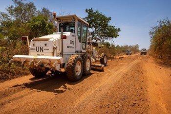 Kamanda wa kikosi cha UNMISS akizuru baadhi ya barabara zinazokarabatiwa nchini Sudan Kusini.