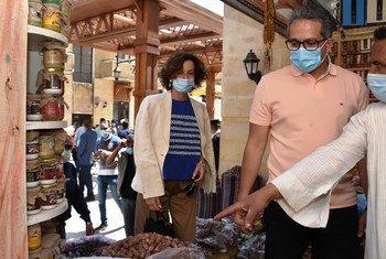 مديرة اليونسكو أودري أزولاي ووزير السياحة والآثار الدكتور خالد العناني يزوران أحد محال العطارة في أسوان.