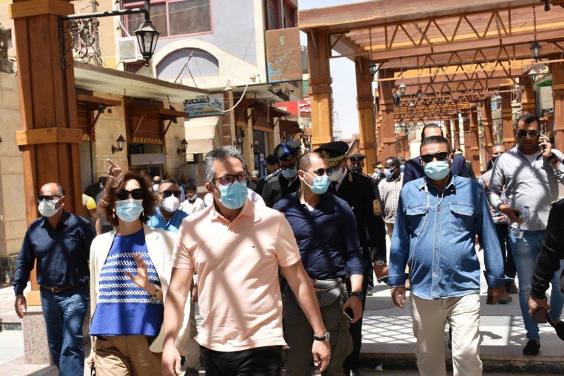 مديرة اليونسكو أودري أزولاي وزير السياحة والآثار الدكتور خالد العناني في جولة سياحية بأسوان.