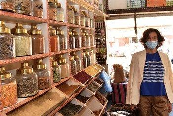 مديرة اليونسكو اودري اوزلاي تزور أحد المحال السياحية بأسوان