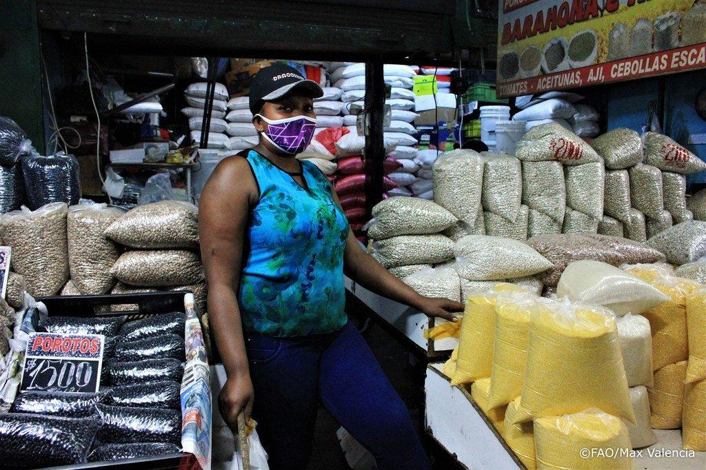 Lo Valledor, le principal marché de gros alimentaire au Chili continue de fournir de l'alimentation au public pendant la pandémie de Covid-19 avec toutes les mesures de protection pour ses travailleurs et la communauté.