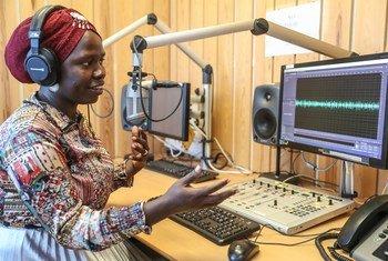 दक्षिण सूडान में संयुक्त राष्ट्र के शान्तिरक्षा मिशन में तैनात इरीन लासू जो रेडियो मिराया में कार्यक्रम पेश करती हैं और लोगों को विभिन्न मुद्दों पर जागरूक बनाने अहम भूमिका निभा रही हैं.