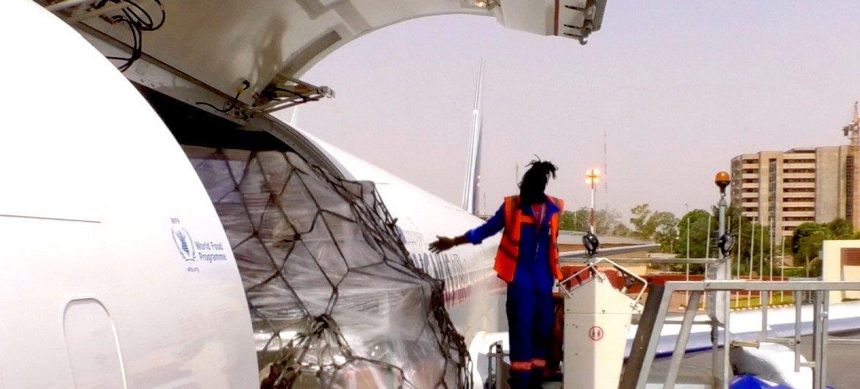 وصول شحنة إلى بوركينا فاسو وعلى متنها ما يقرب من 16 طنًا متريًا من الاحتياجات الطبية ومعدات الحماية الشخصية كالأقنعة والقفازات نيابة عن اليونيسف واللجنة الدولية للصليب الأحمر. قدم هذه الشحنة مركز الاستجابة الإنسانية العالمي الذي أنشأه برنامج الأغذية العالمي.