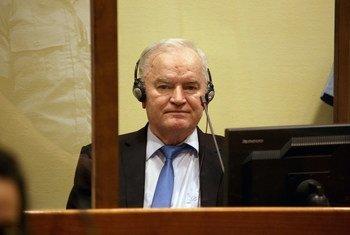 被定罪的波斯尼亚塞族战犯拉特科·姆拉迪奇在海牙国际刑事法庭余留机制上诉分庭出庭。