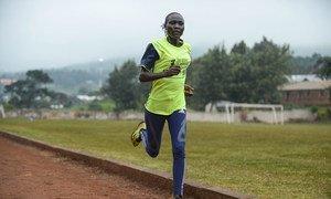 来自南苏丹的2020年东京奥运会的奥林匹克难民代表队田径运动员纳代·洛哈利斯(Anlelina Nadai Lohalith)在内罗毕的一条跑道上训练